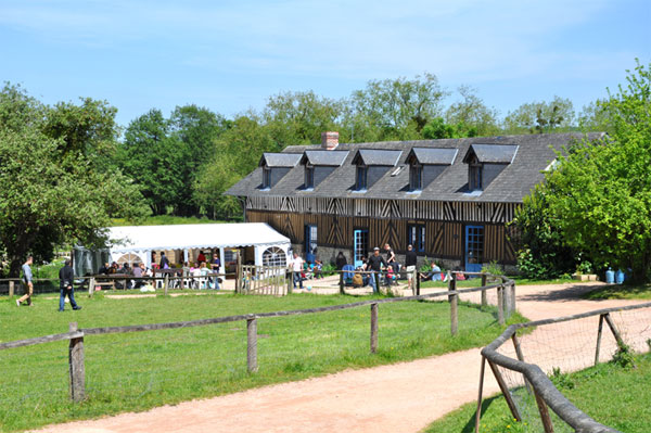Ecodomaine du houvre gite de groupe calvados 120 couchages for Le village du meuble bordeaux